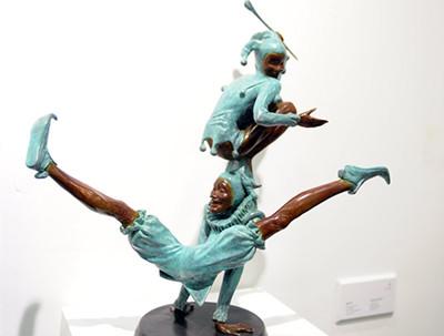 周小平雕塑作品题材丰富趣味浓厚艺博会上吸引观众